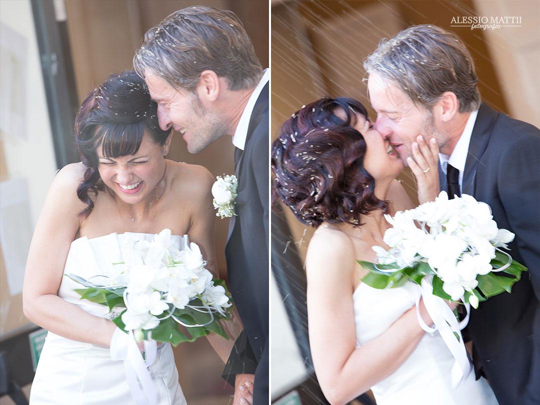 Riso e Bacio degli sposi. Fotografo matrimonio Toscana Lucca Pistoia Pisa Siena