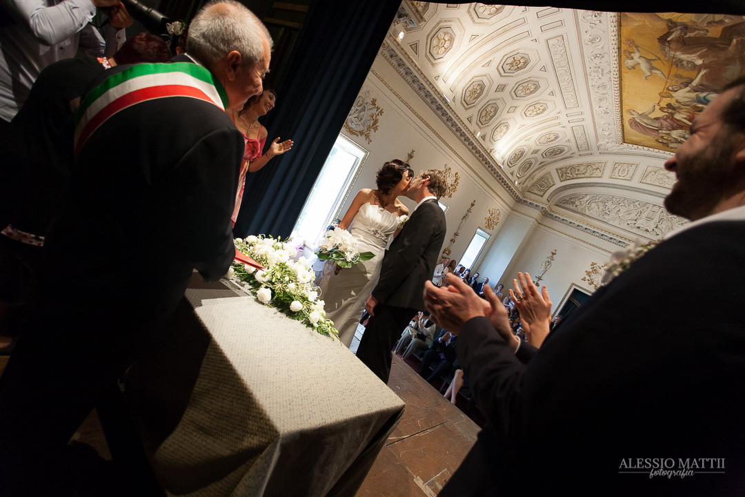Bacio sposi alla cerimonia. Fotografo matrimonio Toscana Lucca Pistoia Pisa Siena