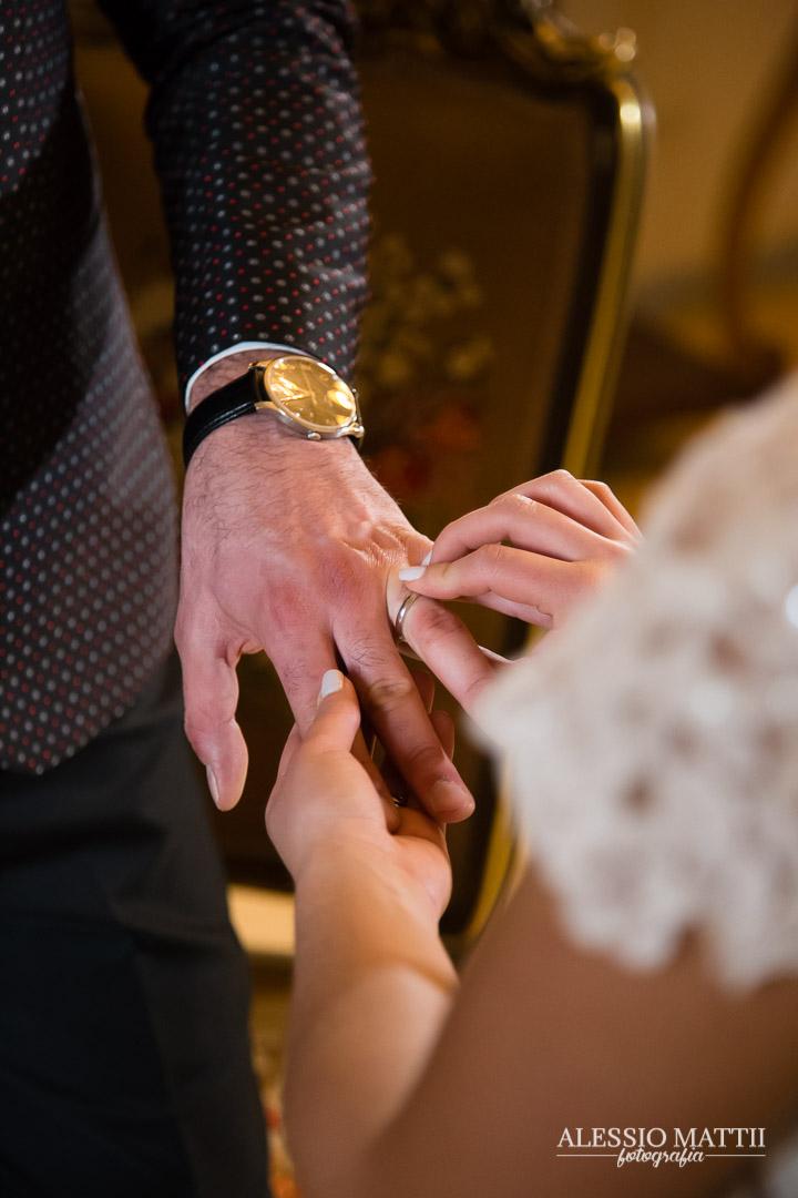 Cerimonia scambio anelli matrimonio Siena Toscana - Bacio coppia sposi matrimonio Firenze Toscana - fotografo matrimonio Toscana