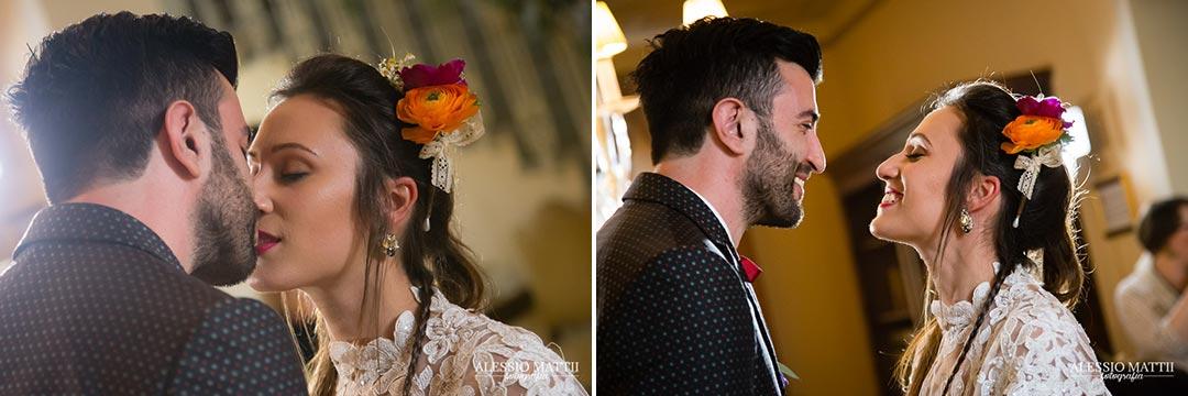 Bacio sposi matrimonio country in Toscana - Alessio Mattii Fotografo matrimonio toscana