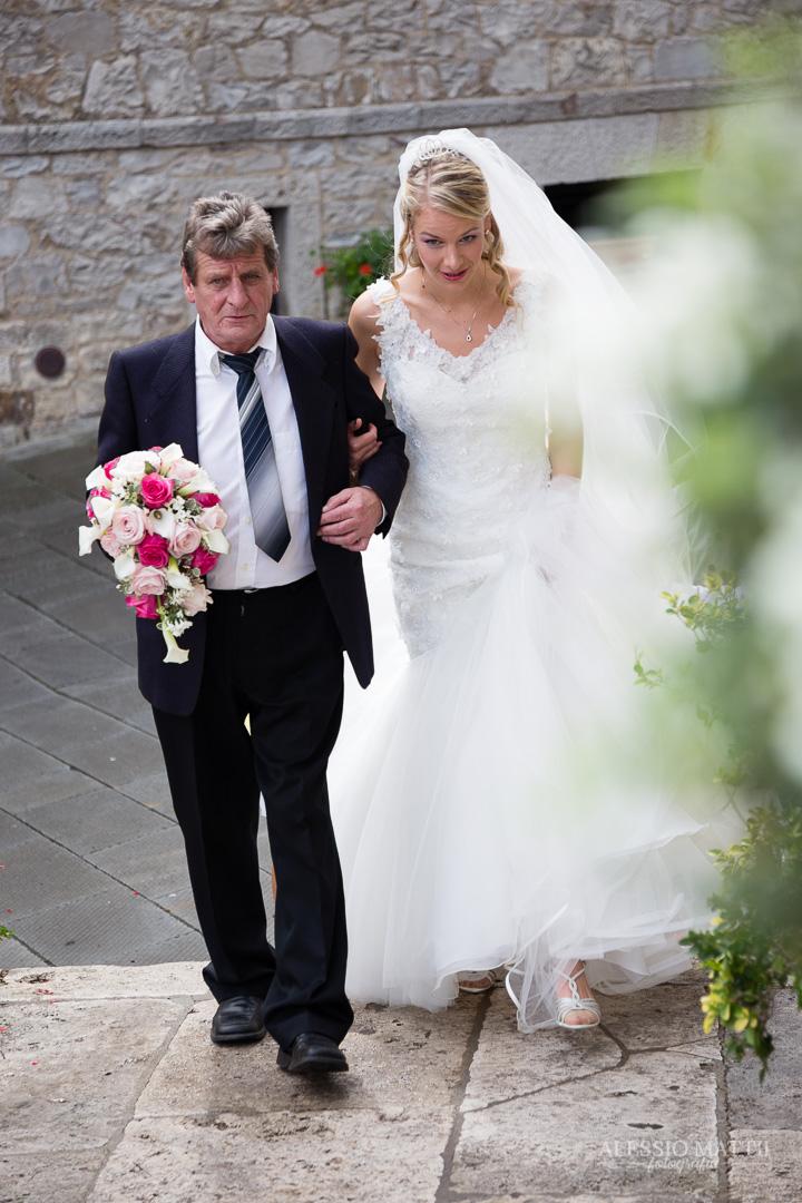 Arrivo della sposa alla chiesa. Fotografo matrimonio Toscana Lucca Pistoia Pisa Siena