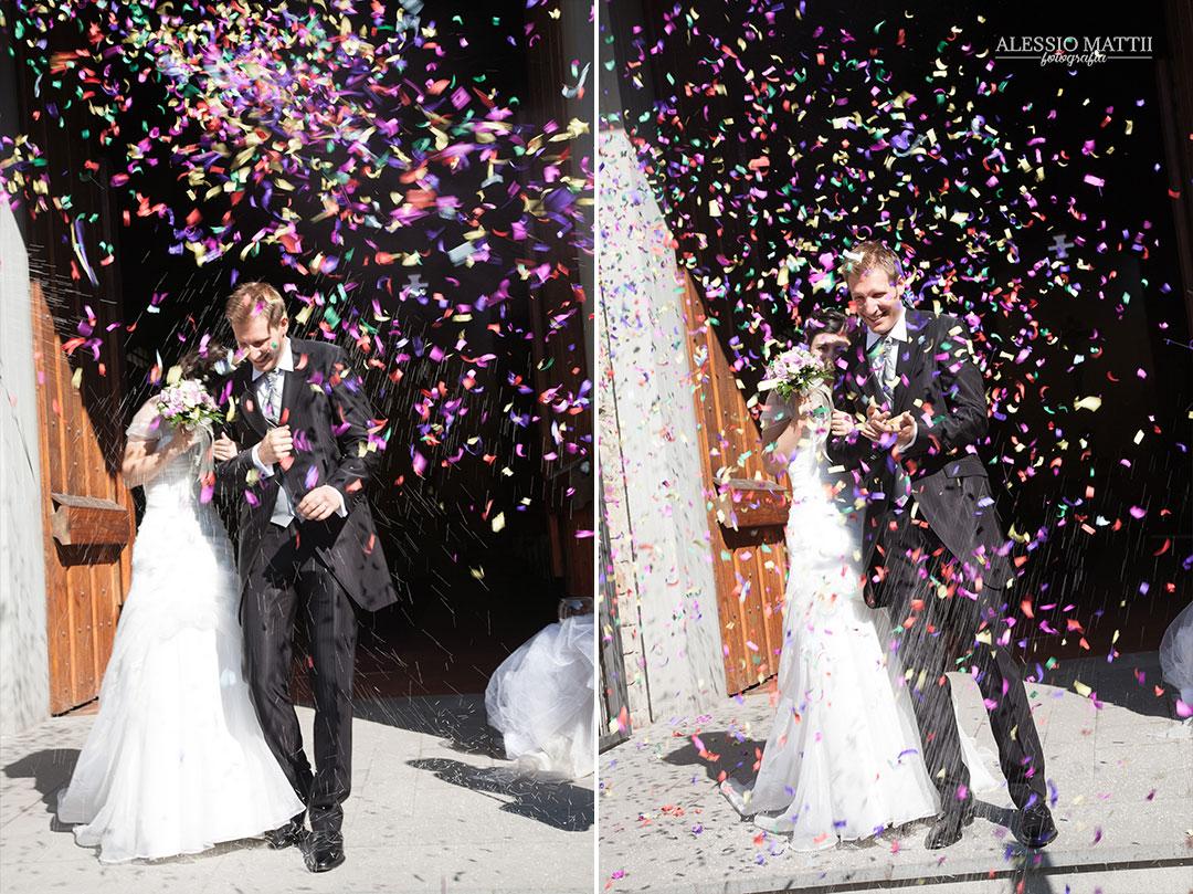 Lancio del riso all'uscita dalla cerimonia. Fotografo matrimonio Toscana Lucca Pistoia Pisa Siena
